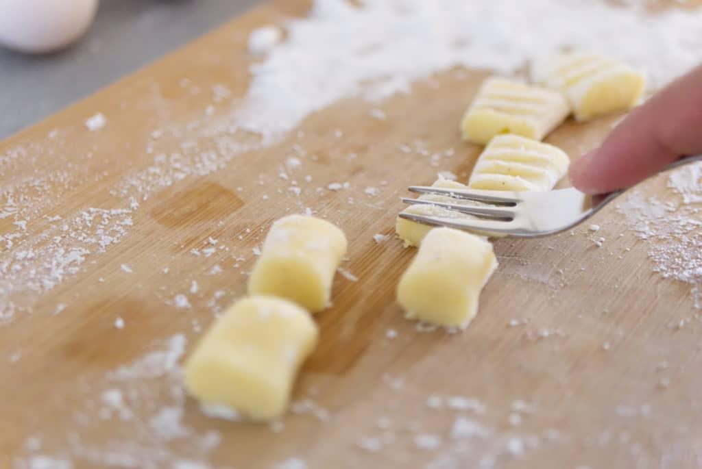 Schritt 3: Gnocchi mit der Kabel etwas andrücken, so entsteht das berühmte Muster.