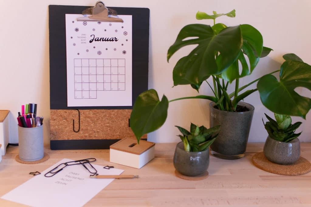 Panama Quadrat: Klemmbrett-Pinnwand auf dem Schreibtisch.
