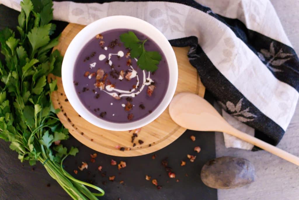 Panama Quadrat: Violette Kartoffelsuppe mit Pumpernickel-Crunch, Speck und Sahne.
