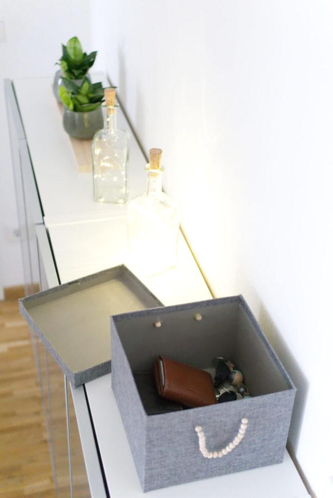 Panama Quadrat: Ordnung im Flur mit einer Kiste für Kleinkram.