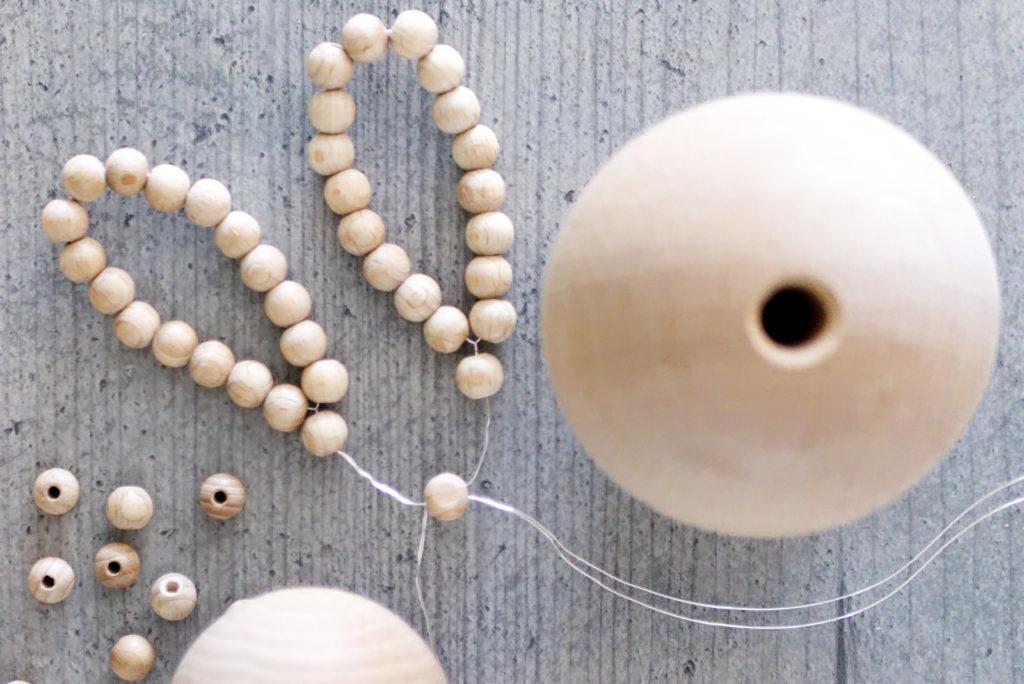 Panama Quadrat: Osterhasen aus Holzperlen – die Ohren an den Kopf anbringen.