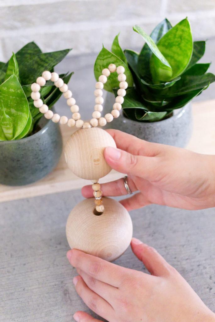 Panama Quadrat: Osterhasen aus Holzperlen – zum Schluss den Kopf auf die große Holzperle setzen und fixieren.