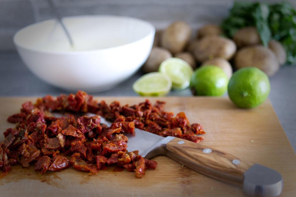 Panama Quadrat: Rustikaler Kartoffelsalat mit selbstgemachter Sour Cream – die getrockneten Tomaten in Streifen schneiden.
