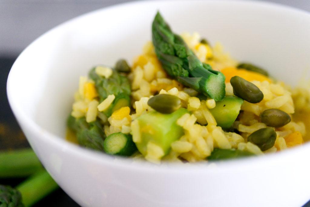 Panama Quadrat: Für den Biss im Curry-Risotto sorgen grüne Pistazien.