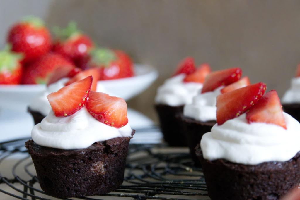 Panama Quadrat: Schokoladige Cupcakes mit Erdbeeren und Mascarpone - endlich wieder Erdbeerzeit.