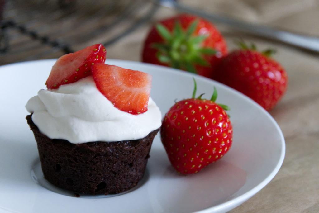 Panama Quadrat: Schokoladige Cupcakes mit Erdbeeren und Mascarpone - Erdbeerliebe.