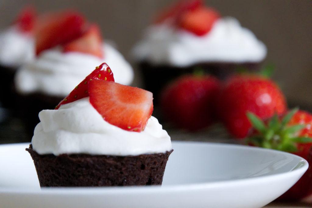 Panama Quadrat: Schokoladige Cupcakes mit Erdbeeren und Mascarpone gehen einfach immer.