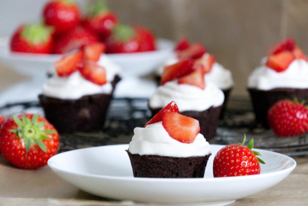 Panama Quadrat: Schokoladige Cupcakes mit Erdbeeren und Mascarpone.