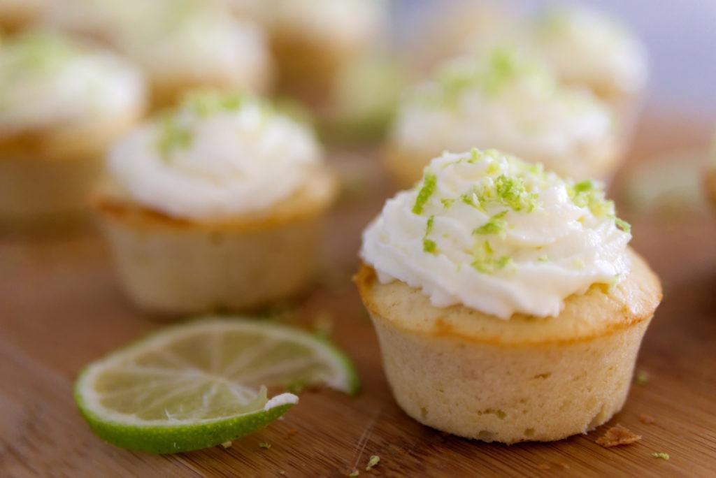 Panama Quadrat: Cupcakes mit Limette und weißer Schokolade passen perfekt in den Sommer.