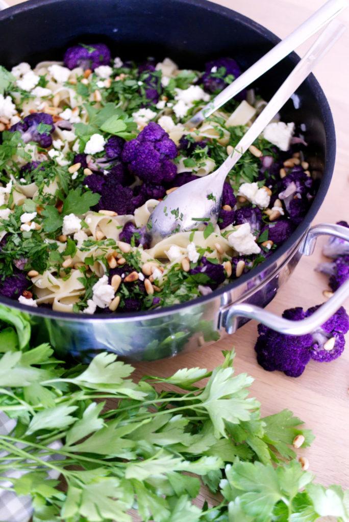 Panama Quadrat: Fettuccine mit lila Blumenkohl, Pinienkernen, Fetakäse und einer leichten Weißweinsauce.