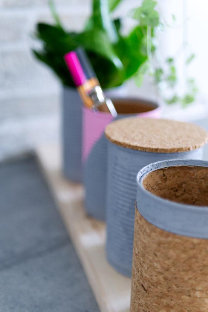 Panama Quadrat: Leere Konservendosen lassen sich ganz leicht in ein DIY-Schreibtischutensilo verwandeln.