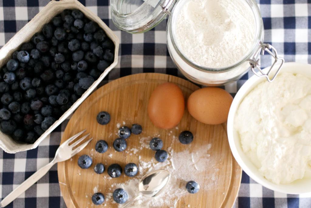 Panama Quadrat: Die easy peasy Blaubeer-Quark Cupcakes kommen mit wenig Zutaten aus.