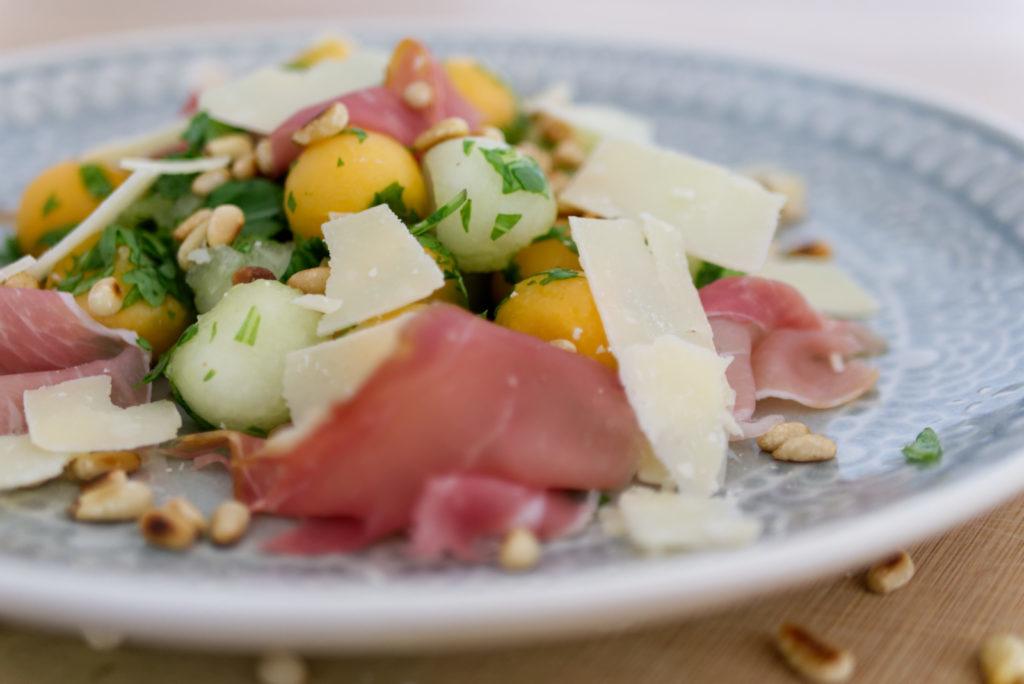 Panama Quadrat: Den Parmesan am besten ganz frisch über den sommerlichen Melonen-Salat hobeln.