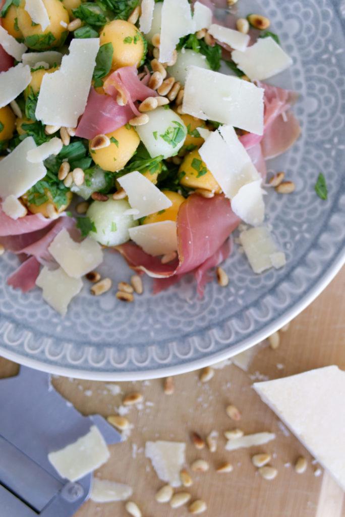 Panama Quadrat: Melonen-Salat mit Pinienkernen, Rucola, Schinken und Parmesan – sommerlich lecker!