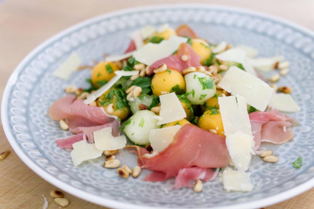 Panama Quadrat: Sommerlicher Melonen-Salat mit Pinienkernen, Rucola, Schinken und Parmesan.