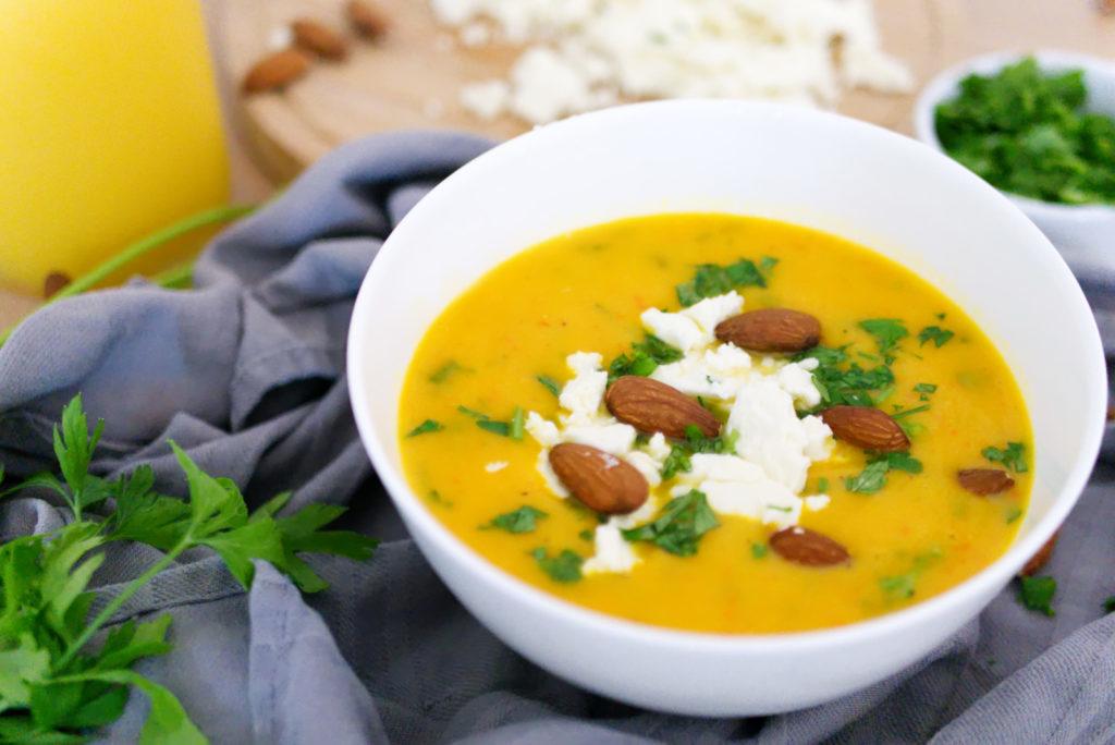 Mit Fetakäse wird die vegane Kürbissuppe mit gerösteten Mandeln vegetarisch | Panama Quadrat