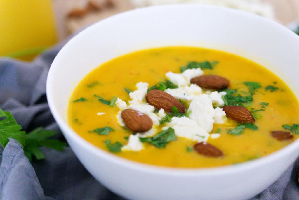 Meine liebste Variante der Kürbissuppe mit gerösteten Mandeln ist mit Fetakäse | Panama Quadrat