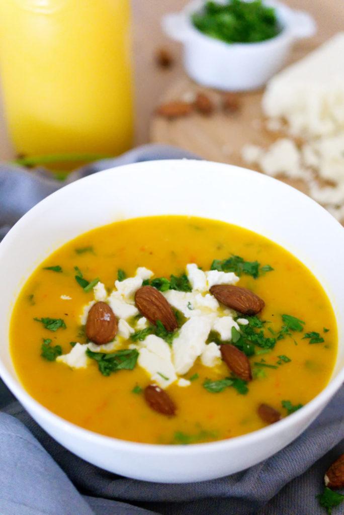 Flexitarisch Lecker: Kürbissuppe mit gerösteten Mandeln | Panama Quadrat