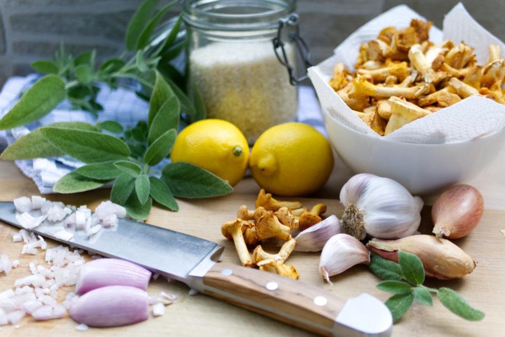 Für das Pfifferling-Risotto mit Salbei und Zitrone sind nur wenige Zutaten nötig | Panama Quadrat