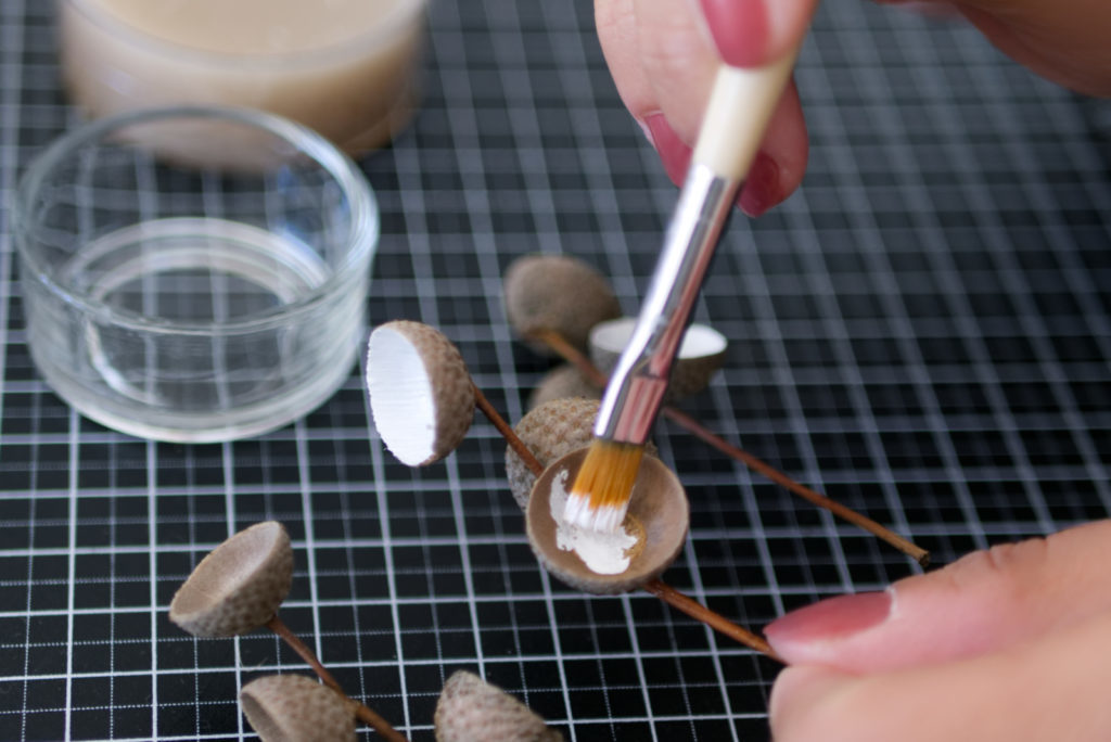 Herbstliche Teelichter: Als erstes die Eichelhütchen anmalen | Panama Quadrat