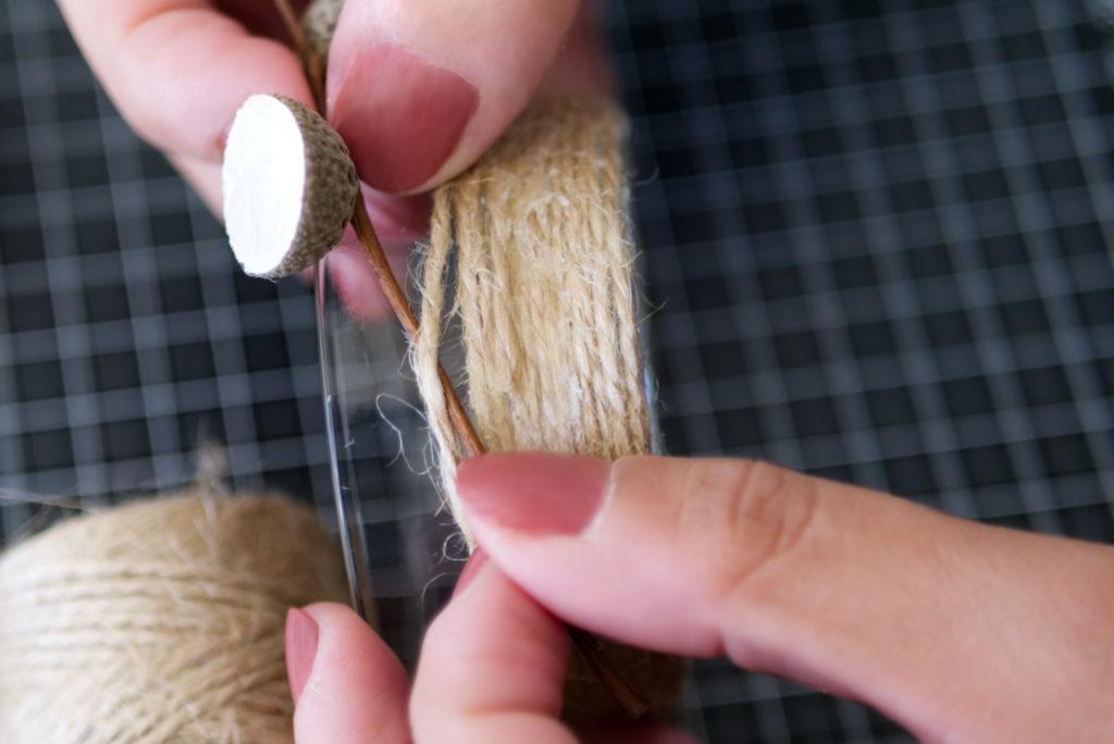 Herbstliche Teelichter: Zum Schluss die bemalten Eichelhütchen anbringen | Panama Quadrat
