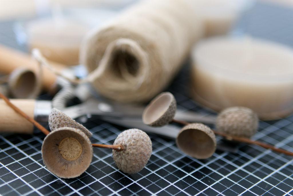 Herbstliche Teelichter: Viel Material wird für dieses einfache DIY nicht benötigt | Panama Quadrat