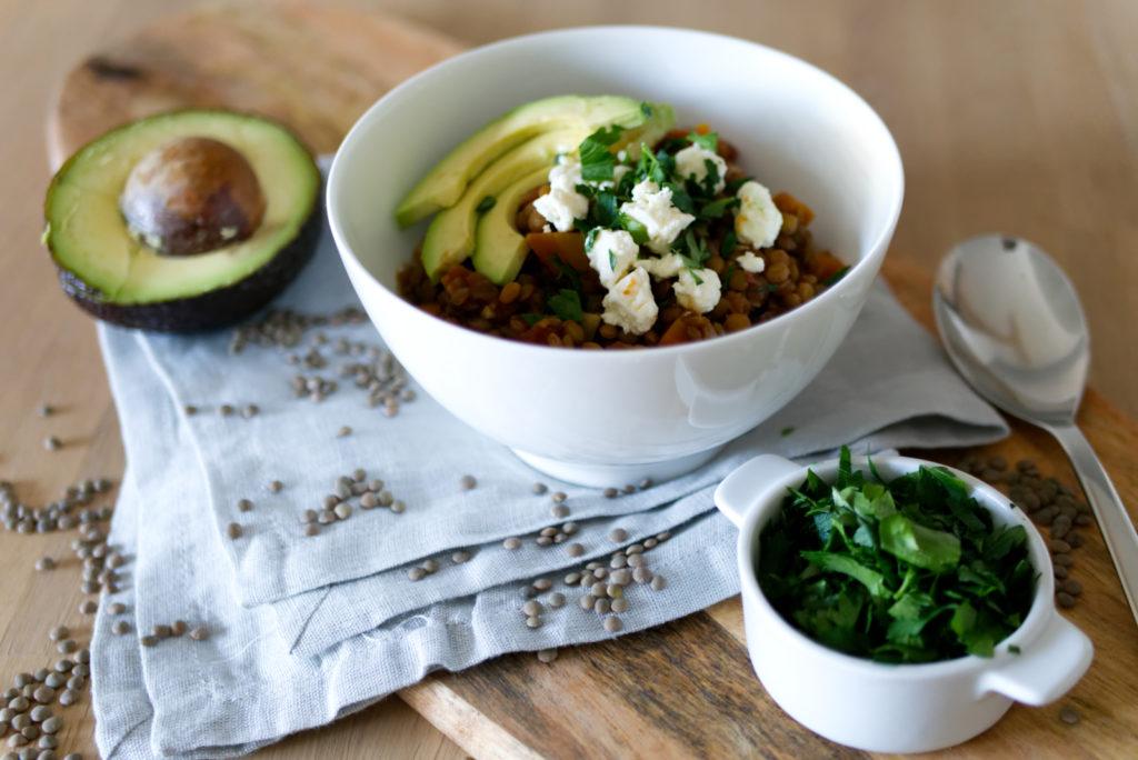 Flexitarischer Linseneintopf – mit Avocado, Fetakäse oder Chorizo ist für jeden was dabei | Panama Quadrat
