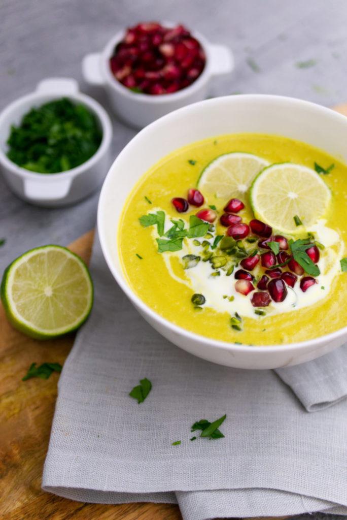 Blumenkohlsuppe mit Curry, Granatapfelkernen und Pistazien | Panama Quadrat