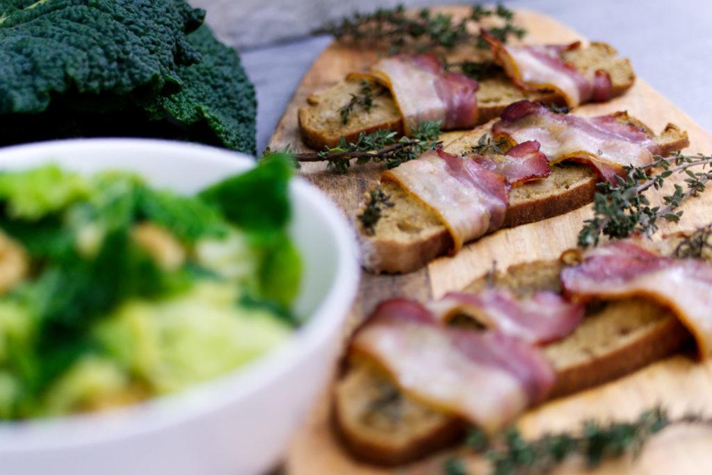 Wirsingsalat schmeckt unfassbar gut mit frischem Speckbrot | Panama Quadrat