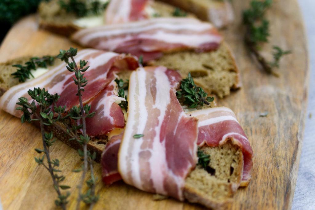 Wirsingsalat mit Speckbrot | Brot, Butter, Thymian und Speck aus dem Ofen | Panama Quadrat