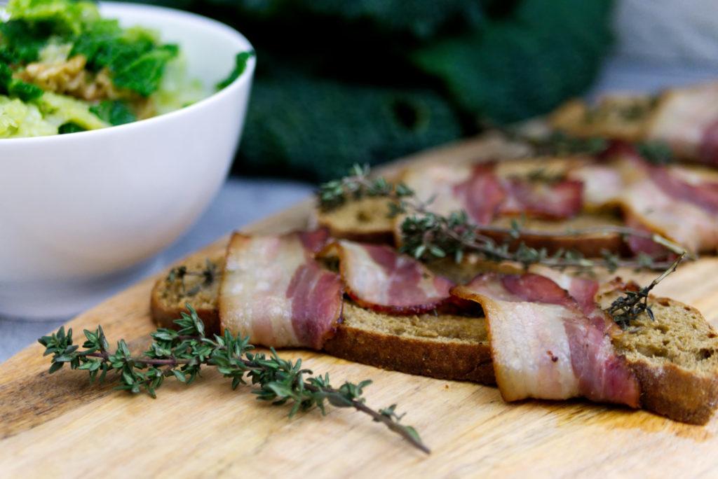 Wirsingsalat mit knusprigem Speckbrot aus dem Ofen | Panama Quadrat