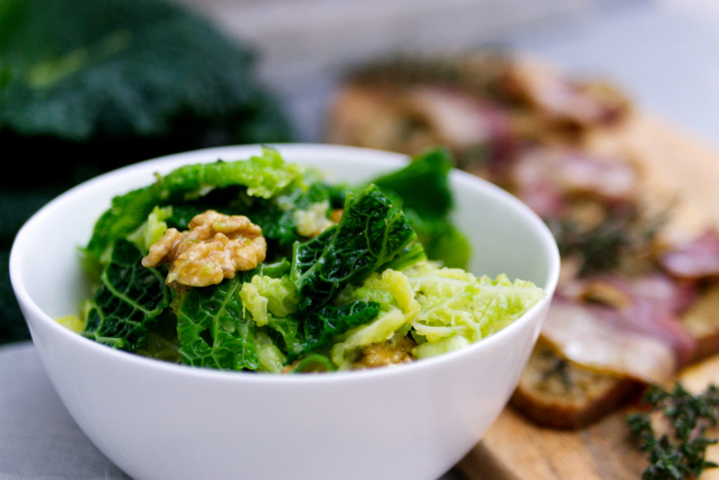 Wirsingsalat mit karamellisierten Walnüssen und Frühlingszwiebeln mit Speckbrot | Panama Quadrat