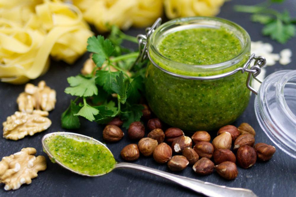 Selbst gemachtes Nuss-Pesto aus Mandeln, Walnüssen und Haselnüssen | Panama Quadrat
