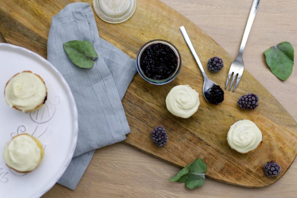 Glutenfreie Brombeer Cupcakes mit weißer Schokolade | Süß und lecker | Panama Quadrat