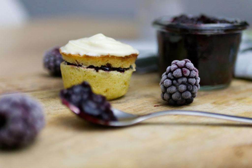 Glutenfreie Brombeer Cupcakes mit weißer Schokolade und köstlicher Marmelade | Panama Quadrat