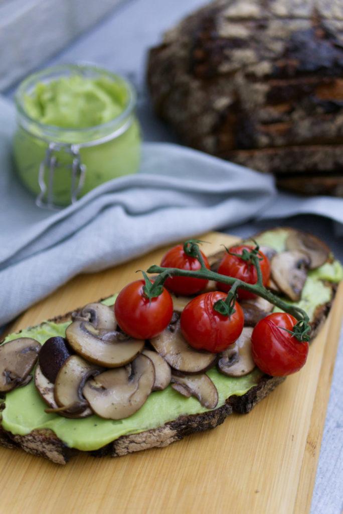 Zeit für Brot: Avocado Brot mit gegrillten Tomaten und braunen Champignons | Panama Quadrat