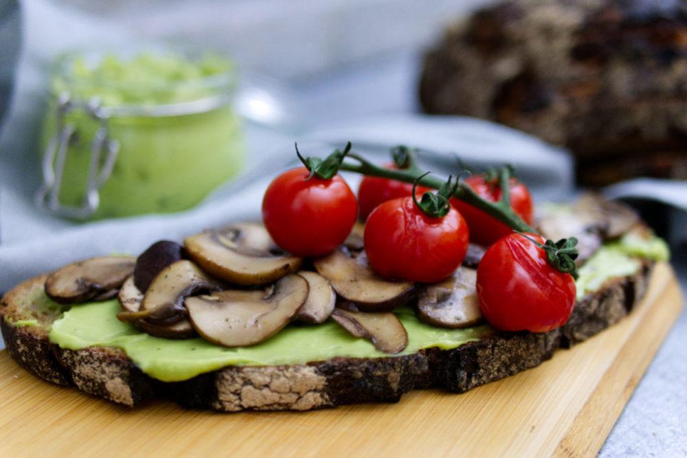 Es ist Brotzeit: Avocado Brot mit Champignons und gegrillten Tomaten | Panama Quadrat