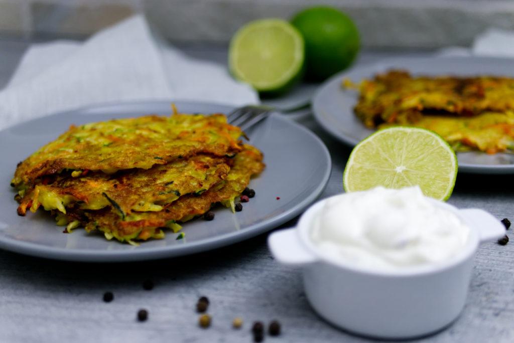 Knusprige Gemüsepuffer mit selbst gemachter Sour Cream | glutenfreies Rezept | Panama Quadrat