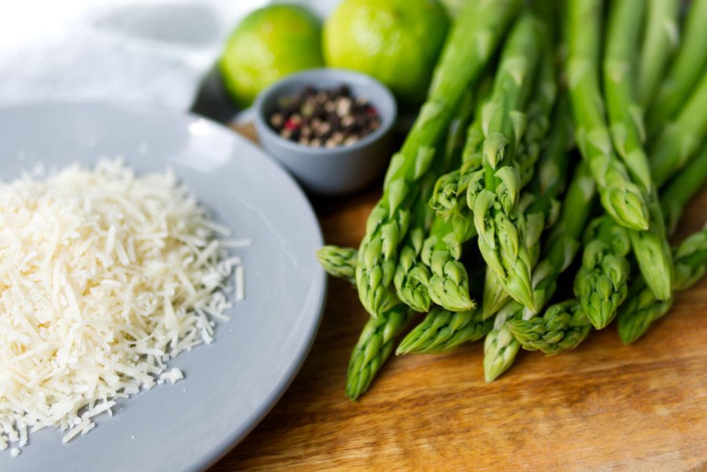 Grüner Spargel, herzhafter Parmesan, köstliche Pistazien und frische Limette | Panama Quadrat