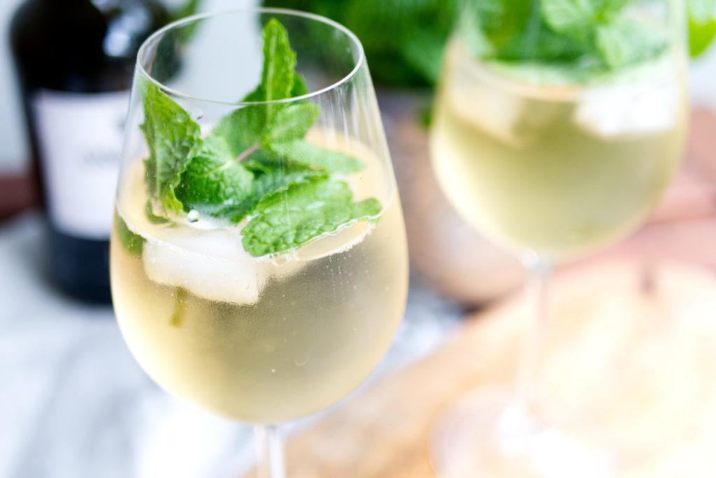 Leckeres Erfrischungsgetränk zum Anstoßen: Portwein Tonic mit Minze | Panama Quadrat