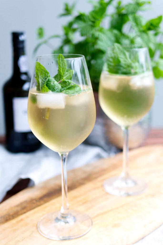Weißer Portwein mit Tonic Water und Minze