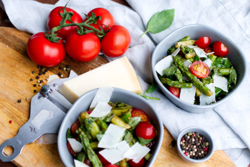 Spargelsalat à la Caprese mit Basilikum, Tomaten und Parmesan | Panama Quadrat