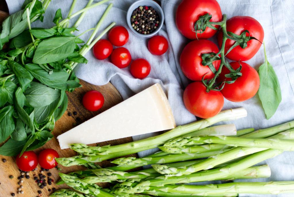 Sommerlicher Salat mit Spargel, Tomaten, Basilikum und Parmesan | Panama Quadrat