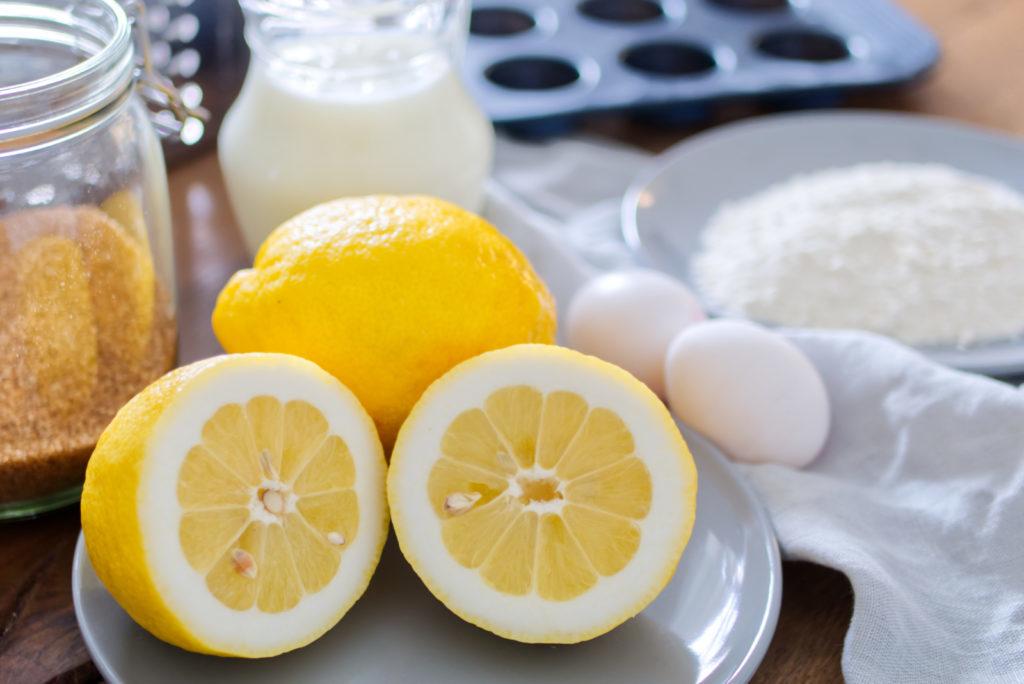 Die Kombination von Buttermilch und Zitrone ergibt den absoluten Sommer-Cupcake-Traum | Mit wenig Zucker nur ein kleines bisschen süß und vor allem unfassbar zitronig | Das easy peasy Rezept für die Cupcakes mit Buttermilch und Zitrone gibt es jetzt auf dem Blog | Panama Quadrat – der Foodblog aus Münster