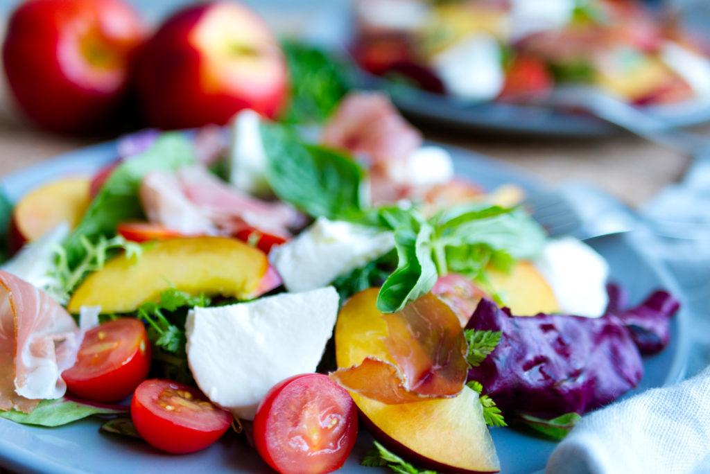 Herrlich fruchtige Nektarinen machen diesen Salat zu einem echten Sommer-Must-Eat. So schön bunt schmecken heiße Tage. Der Nektarinen-Salat ist nicht nur super lecker, sondern auch richtig gesund. Panama Quadrat – der Foodblog aus Münster