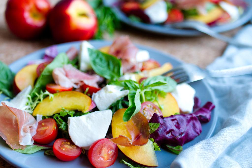 Sommerlicher Nektarinen-Salat mit Kirschtomaten, Mozzarella und westfälischem Knochenschinken bringt den Sommer auf den Teller! Panama Quadrat – der Foodblog aus Münster