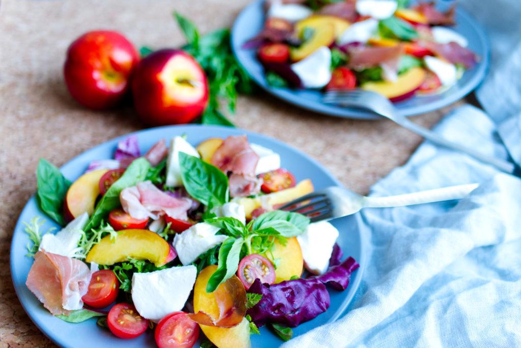 Sommerlicher Nektarinen-Salat: Angerichtet für zwei Personen. Macht satt und ist gesund. Panama Quadrat – der Foodblog aus Münster