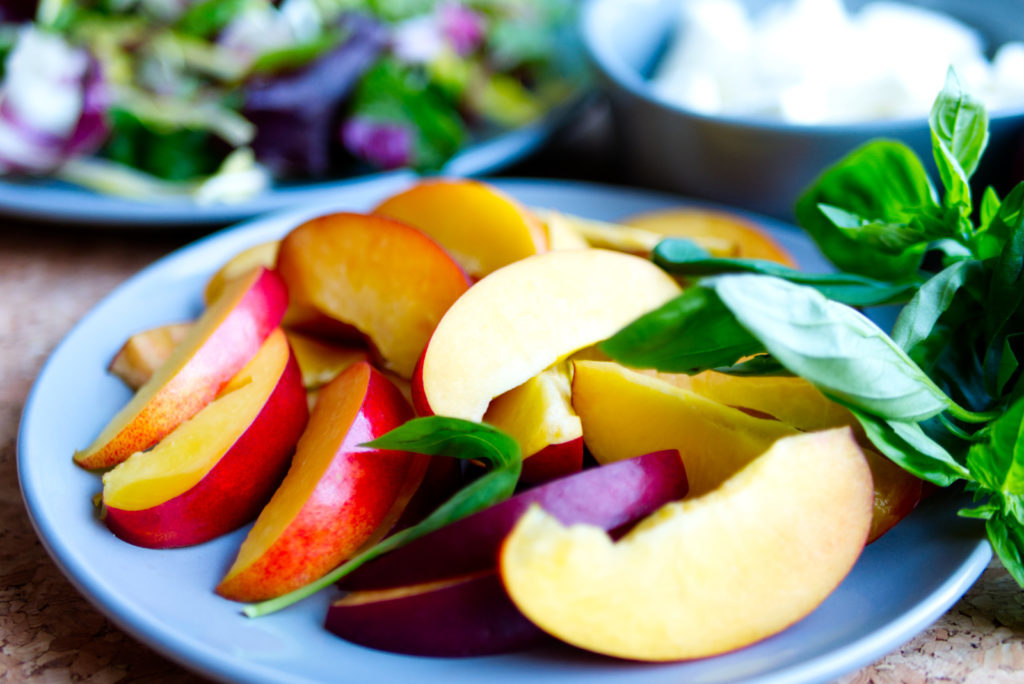 Nektarinen sind richtige Vitaminbomben. Für den Salat werden sie in Spalten geschnitten. Panama Quadrat – der Foodblog aus Münster