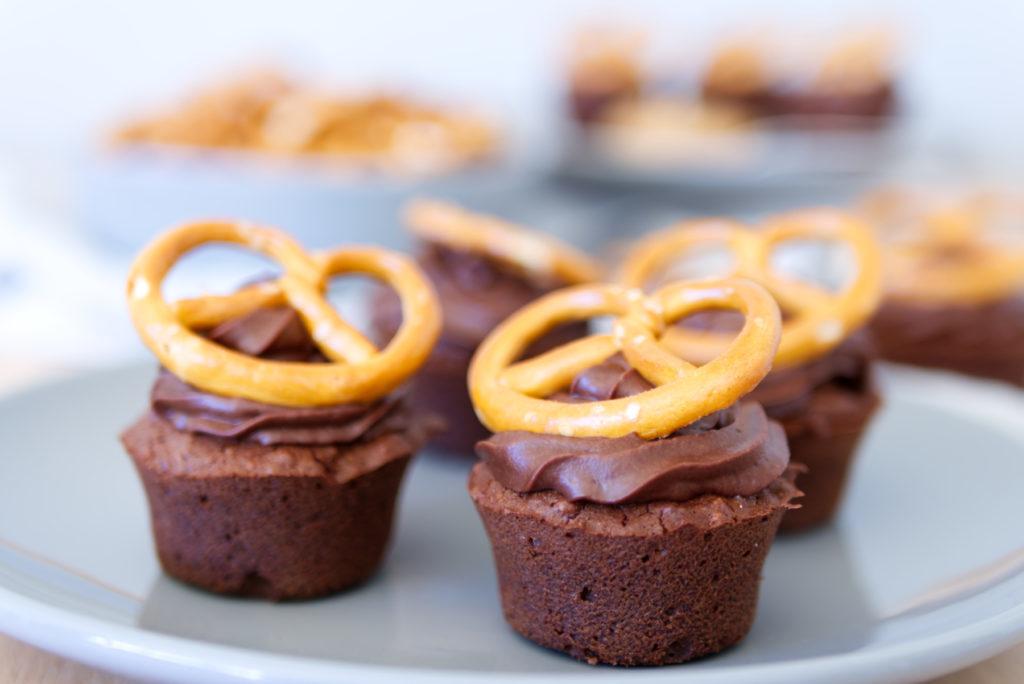 Lust auf Schoko-Brezel-Cupcakes? Herbe Schokolade, knusprige Salzbrezeln und cremige Erdnussbutter in einem Cupcake vereint: Hier gibt es das Rezept | Panama Quadrat