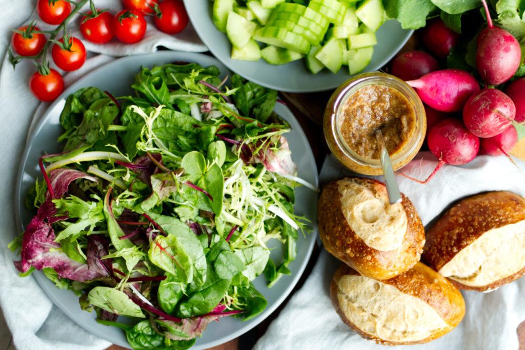 Pflücksalat, Tomaten, Gurke, Radieschen und Laugenbrötchen | Für den Brezensalat braucht es nicht viele Zutaten | Panama Quadrat